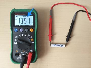 измерение напряжения постоянного тока батарейки мультиметром